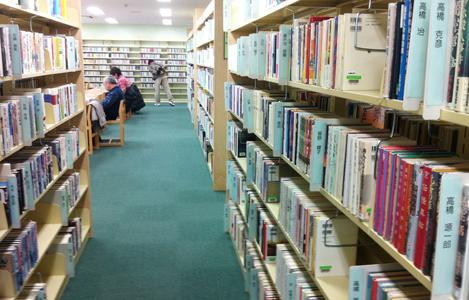 広々とした空間に沢山の本が並んでいます。