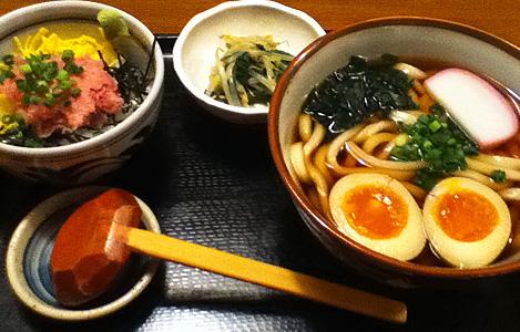 味玉うどんとミニネギトロ丼(800円)