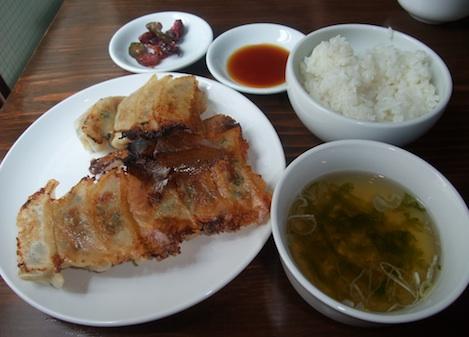 ハネ九定食(650円)ごはん食べ放題、スープ、お新香つき。安いっ