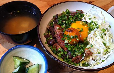 鶏もつ丼、ナメコのお味噌汁とお新香付き(780円)