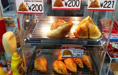 カウンターには温かい食べ物もあります。