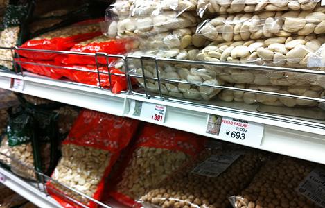どう調理したらよいかわからないマメ類やジャイアントコーンの加工前の食材も置いてあります。